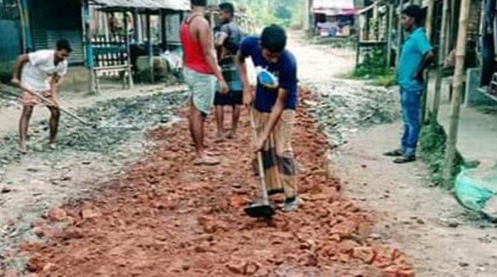 ধামইরহাটে স্বেচ্ছাসেবীরা মেরামত করল এলজিইডির রাস্তা