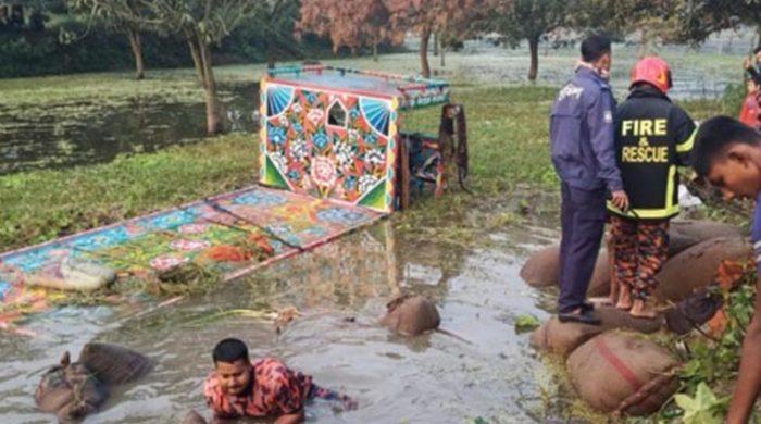 চাঁপাইনবাবগঞ্জে ধানবোঝাই নিষিদ্ধ ভটভটি উল্টে ৯ জন নিহত