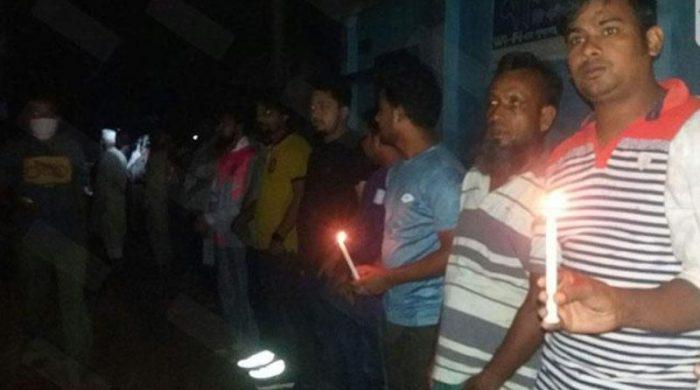 বাতি নিভিয়ে সড়কে দাঁড়িয়ে প্রতিবাদ জানালো রংপুরবাসী