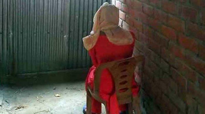 কিশোরী অনশন করছেন এক পুলিশ কনস্টেবলের বাড়িতে