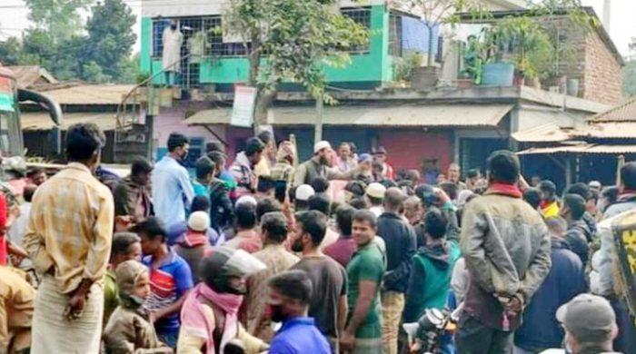 টাঙ্গাইলে কোরআন অবমাননার প্রতিবাদে সড়ক অবরোধ