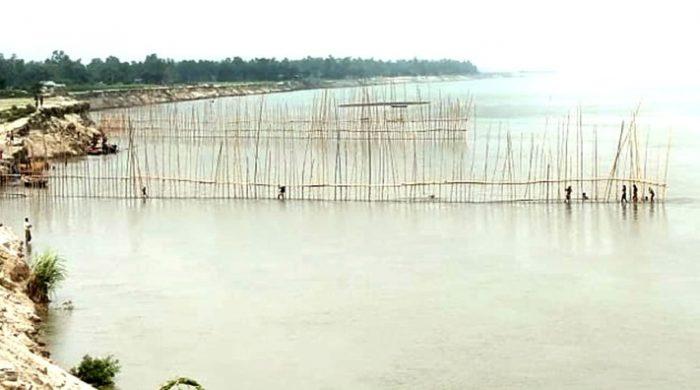 শাহজাদপুরে যমুনার ভাঙ্গন রোধে বাঁশের ছটকা নির্মাণ